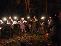 Der Posaunenchor bei der traditionellen Waldweihnacht im Fasanenwald