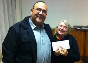 Sonja Berger freut sich über die Spende von 250 Euro