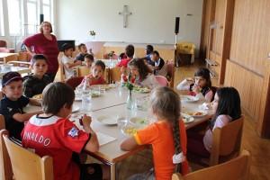 Beim Kindermittagstisch im Stephanus-Gemeindesaal